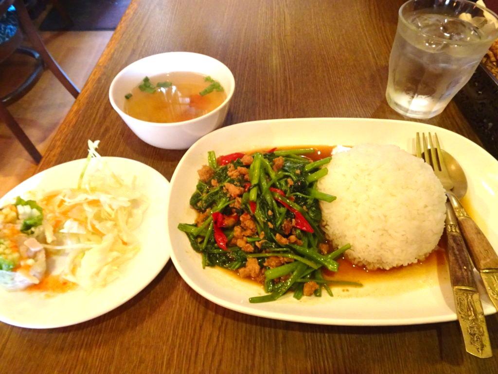 バーンリムパー (BAAN RIM PA)空芯菜の炒め物