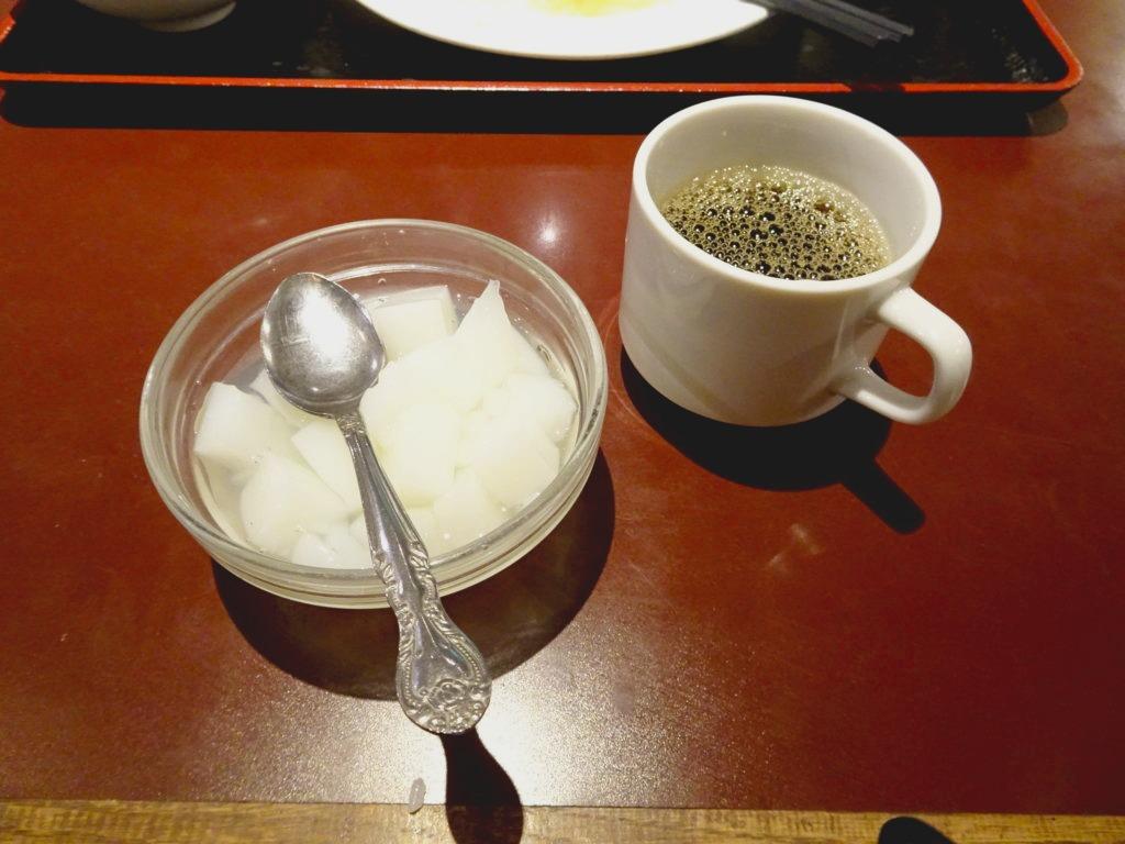 セルフサービスの杏仁豆腐とコーヒー