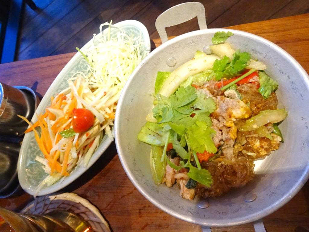 ソムタム(青パパイヤのサラダ)と炒め物