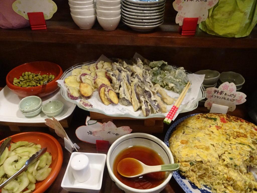 ビュッフェ4 天ぷらとスクランブルエッグ