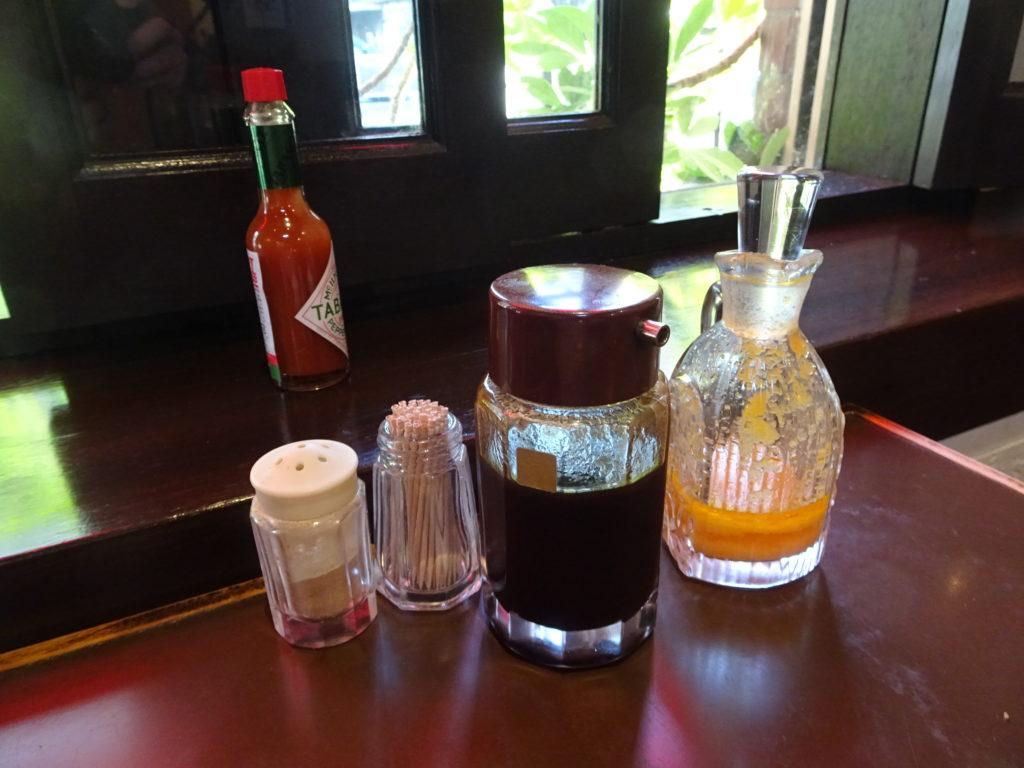 レストラン コニシ 卓上の調味料