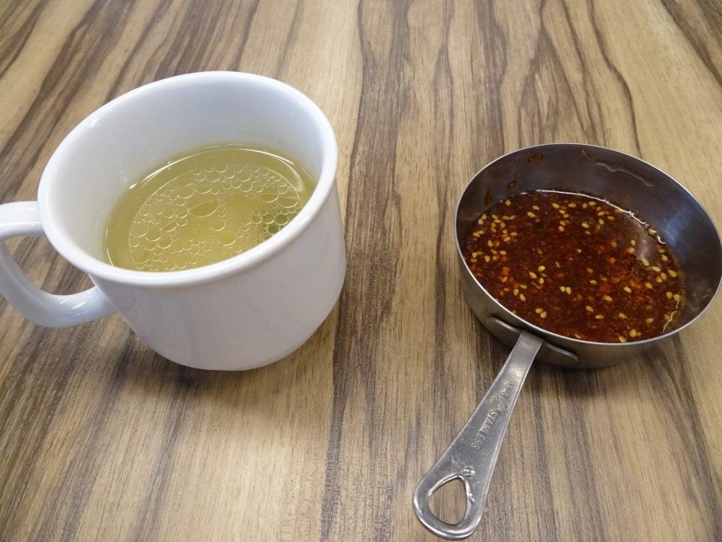 セットのわかめスープと暖手ソース