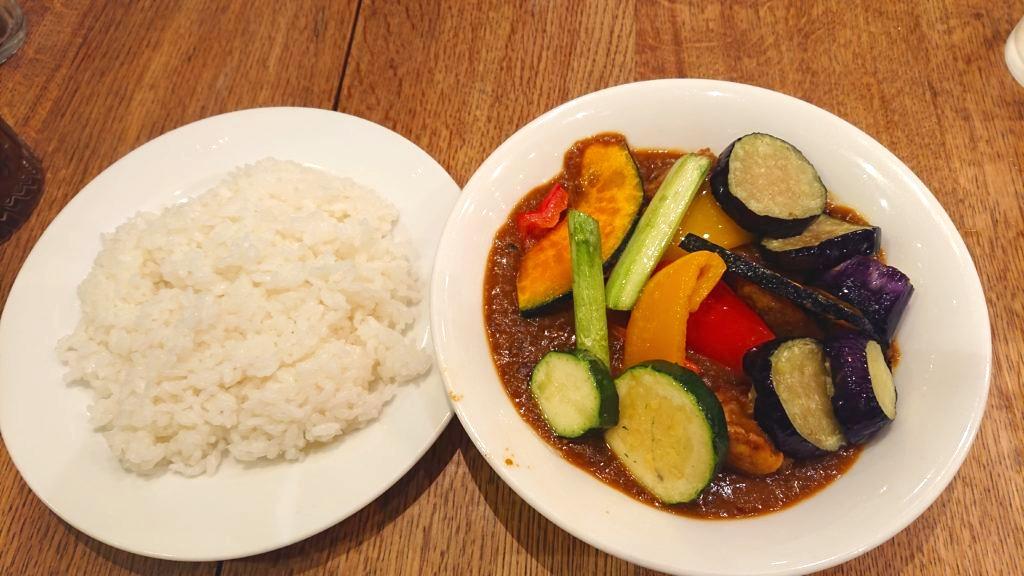 いろどり野菜を食べるカレー