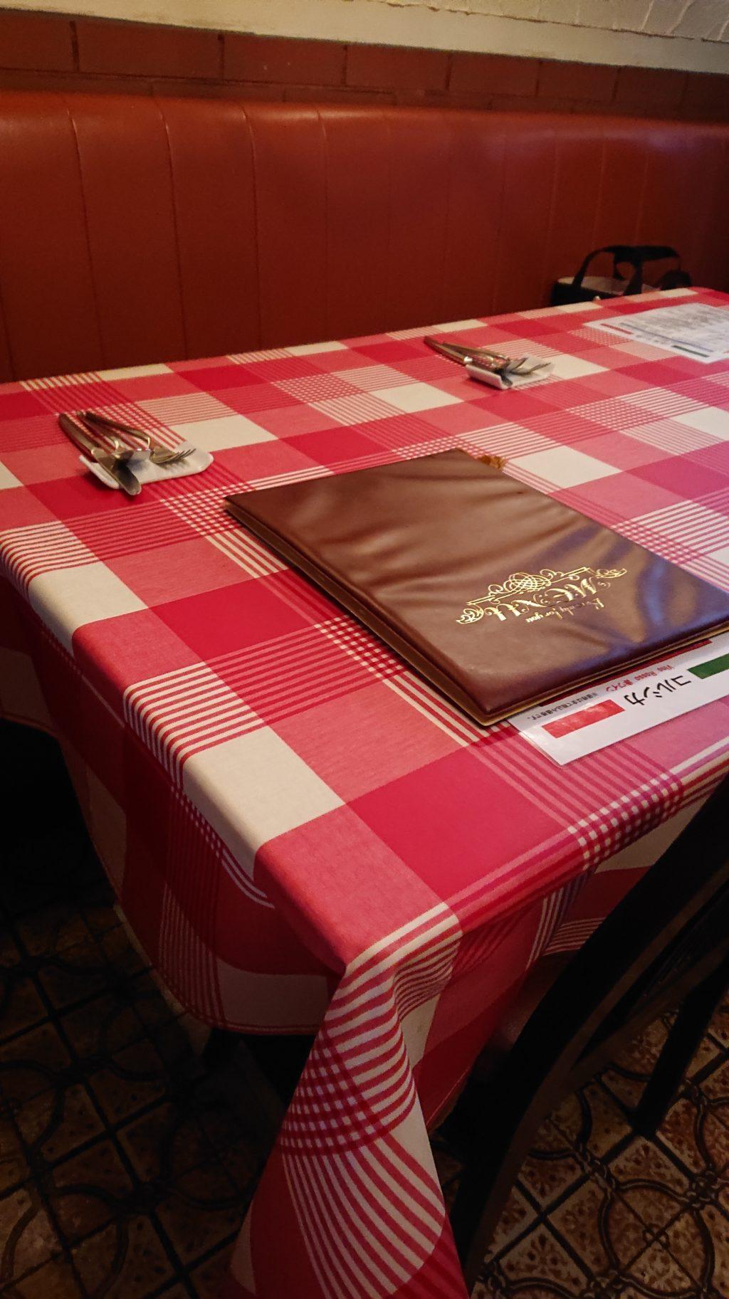 コルシカ 店内のテーブル