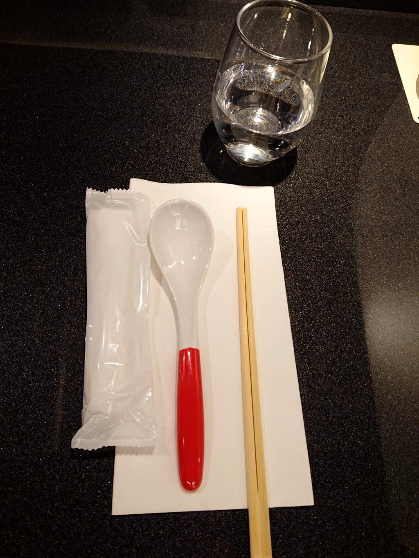 箸とレンゲとおしぼりと水