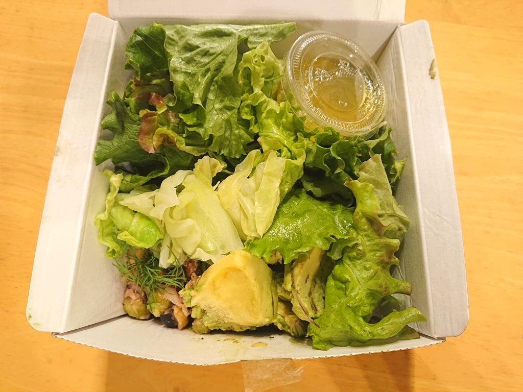 ツナと豆、黒オリーブのサラダとアボカドのグリーンボウル