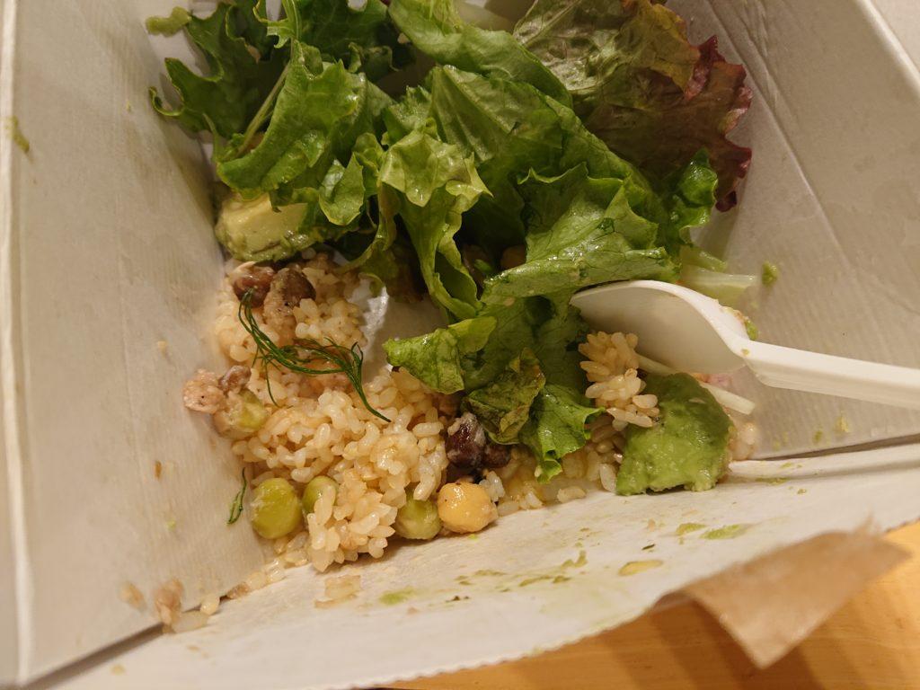 ツナと豆、黒オリーブのサラダとアボカドのグリーンボウルの玄米