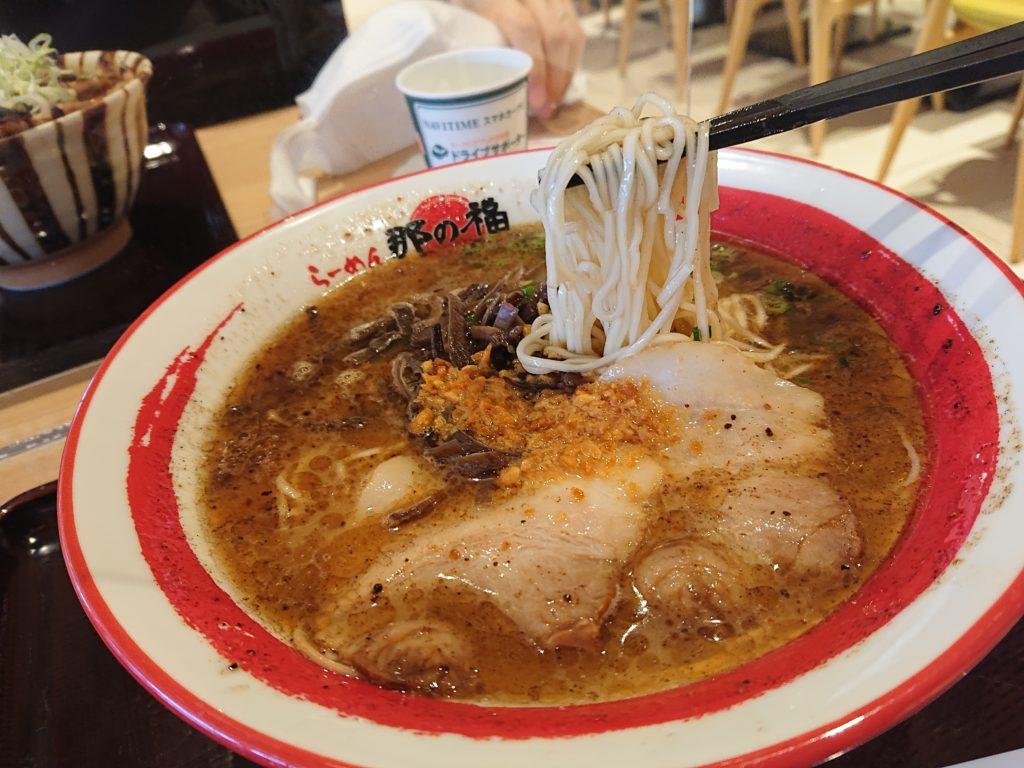 黒とんこつラーメンの麺