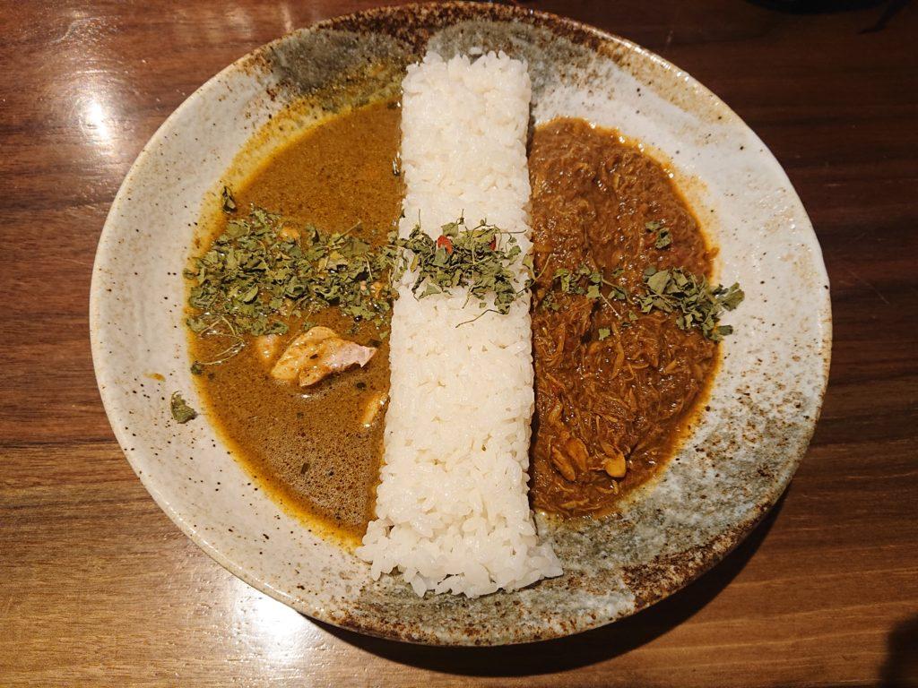 D:2種の合いがけ薬膳カレーの「S:スリランカ風薬膳スープカレー」と「B:鶏と生姜の煮込み薬膳カレー」
