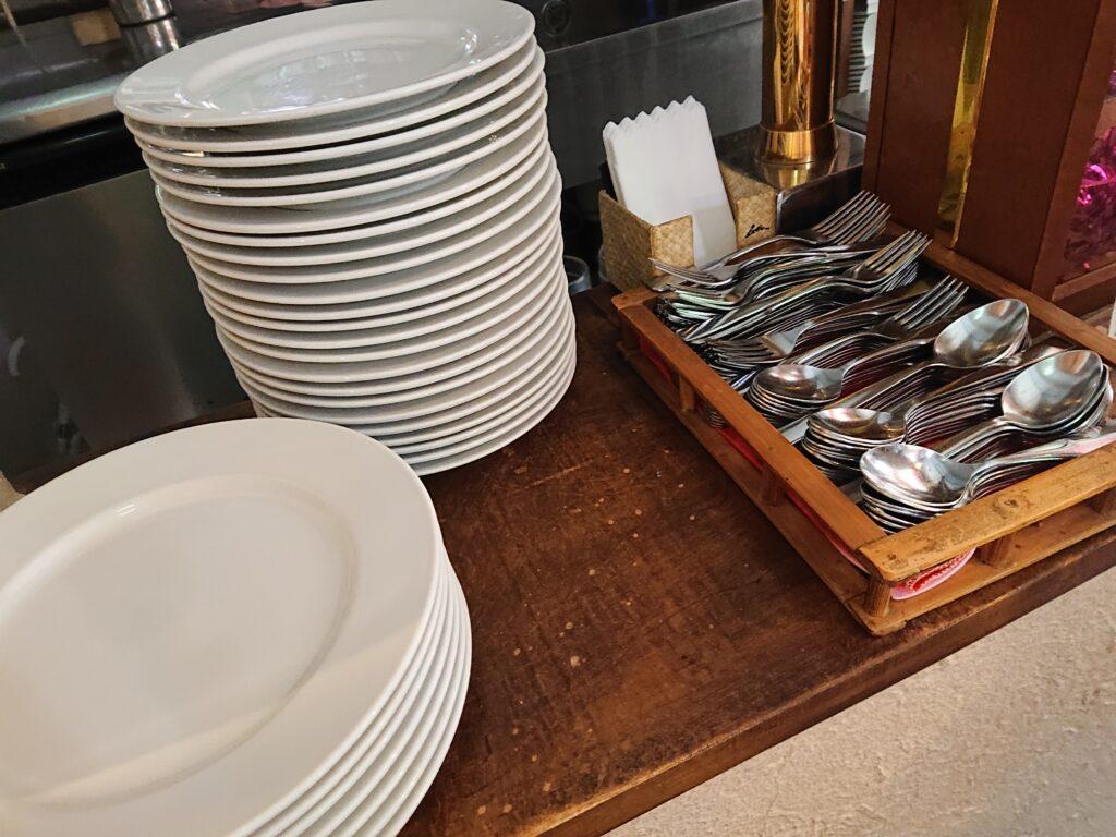 お皿やスプーンのセルフサービス