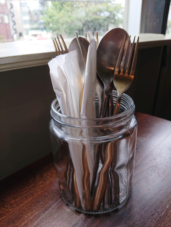 テーブルのおしぼりとスプーン、フォーク