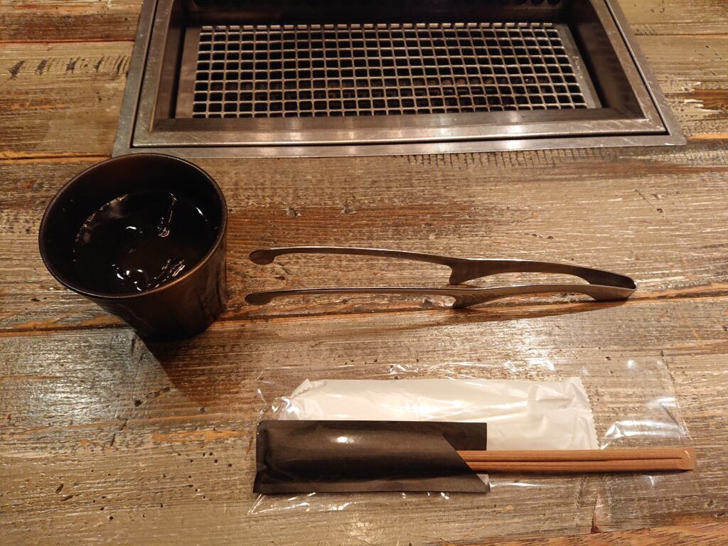 代官山焼肉 kintan (キンタン) 店内のテーブルの網