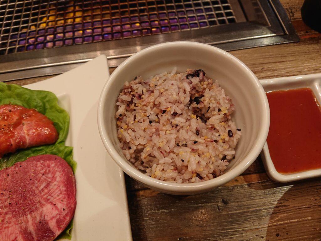 ご飯は十六穀米