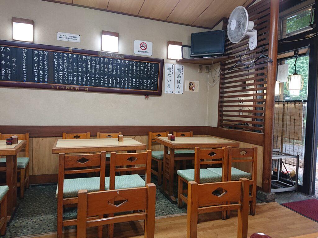 そば処 まつしま神谷町 店内のテーブル席