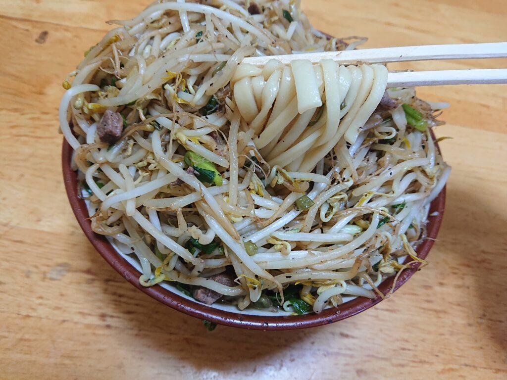 前田食堂 名護店 牛肉そばの麺