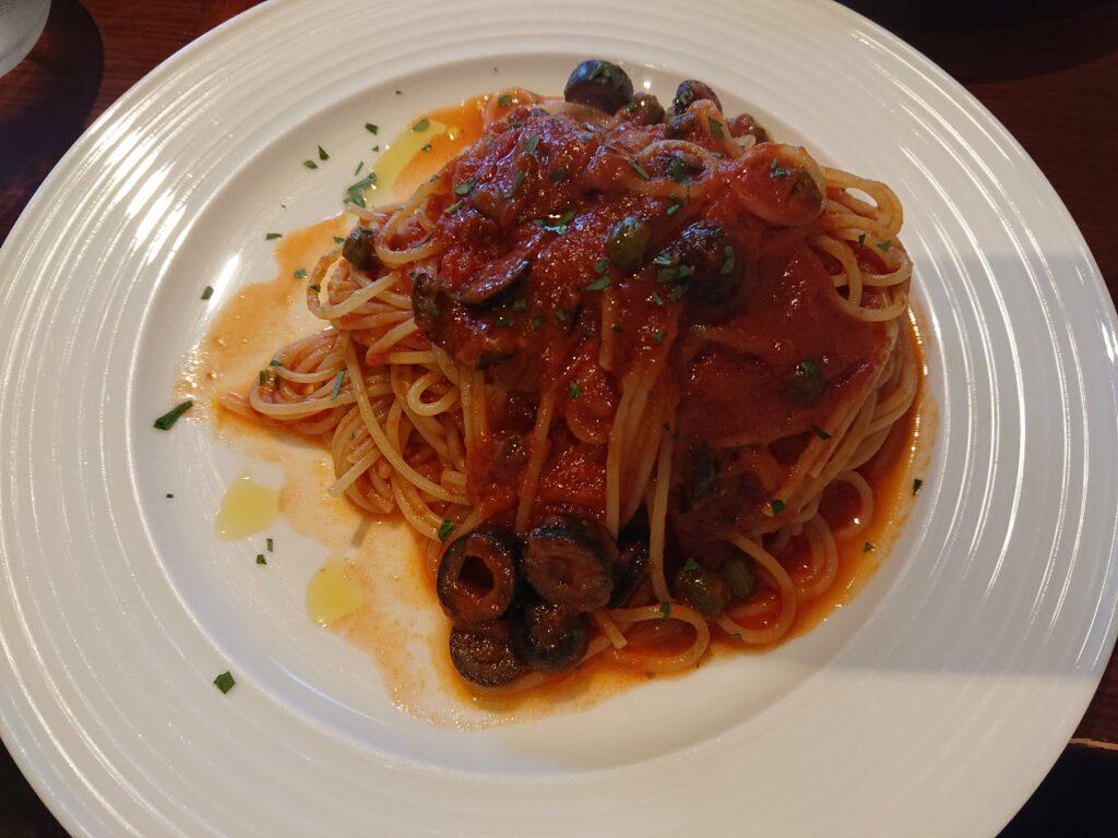 ランチA:ブラックオリーブとケッパー、アンチョビ トマトソーススパゲッティーニ 1,000円