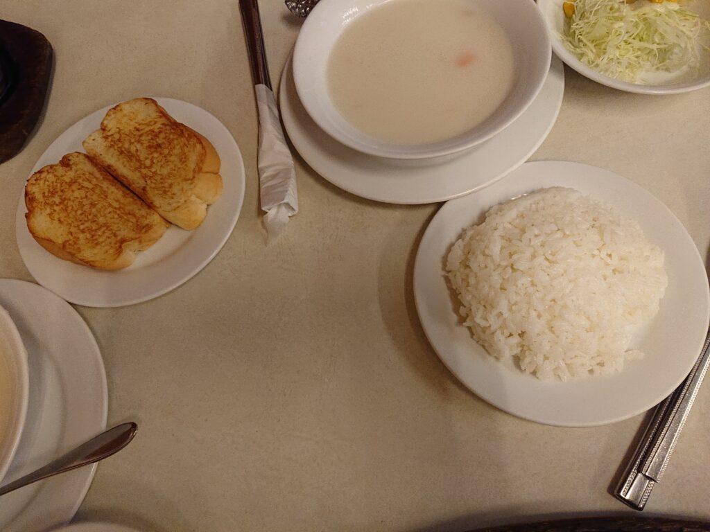 セットのスープとサラダとご飯とパン