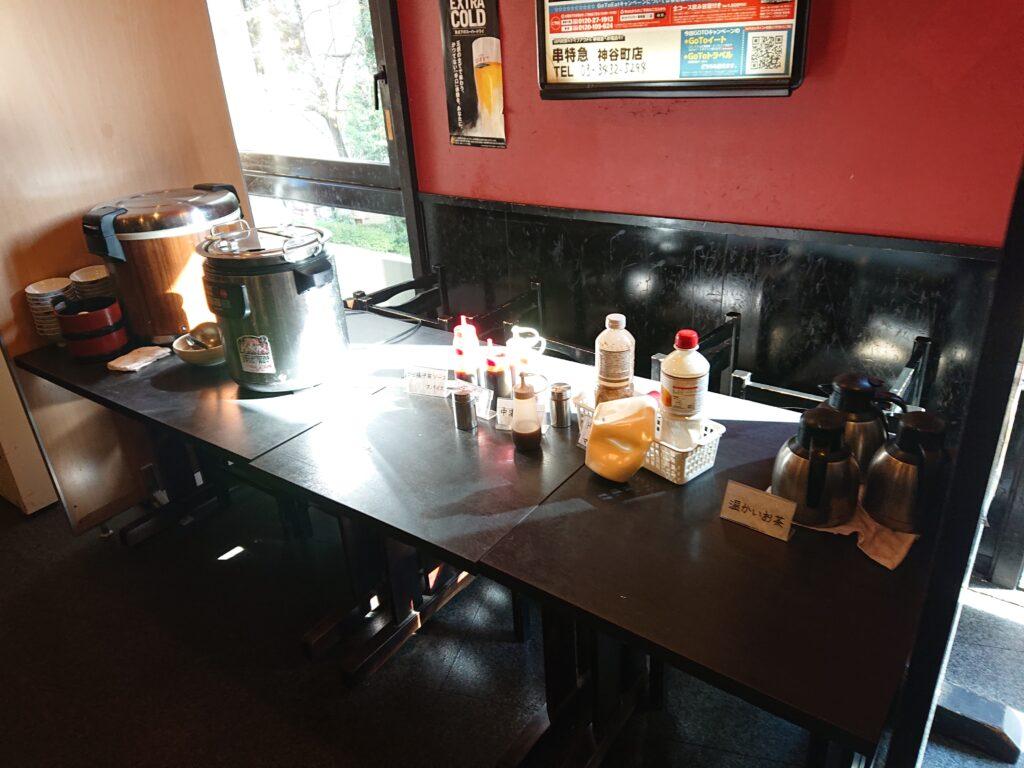 串特急 神谷町店 (くしとっきゅう) セルフサービスのごはんとみそ汁、ドレッシングなどの調味料