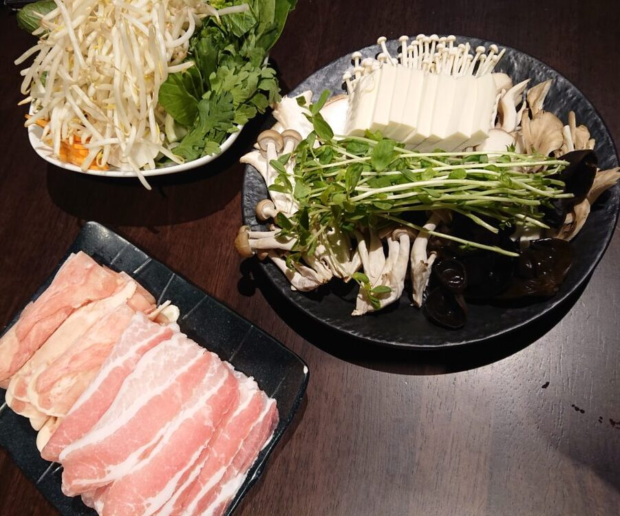 Gracefamily 火鍋 恵比寿店 (グレースファミリーヒナベ) コースの野菜とお肉のセット