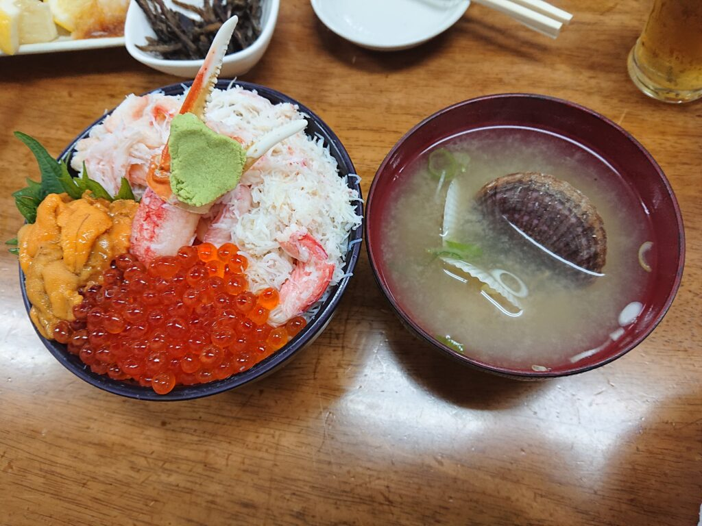 三色丼(ウニ・いくら・カニ)¥2,800 帆立の味噌汁セット