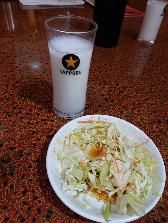 天然居(テンネンキョ) ランチのサラダとココナッツジュース