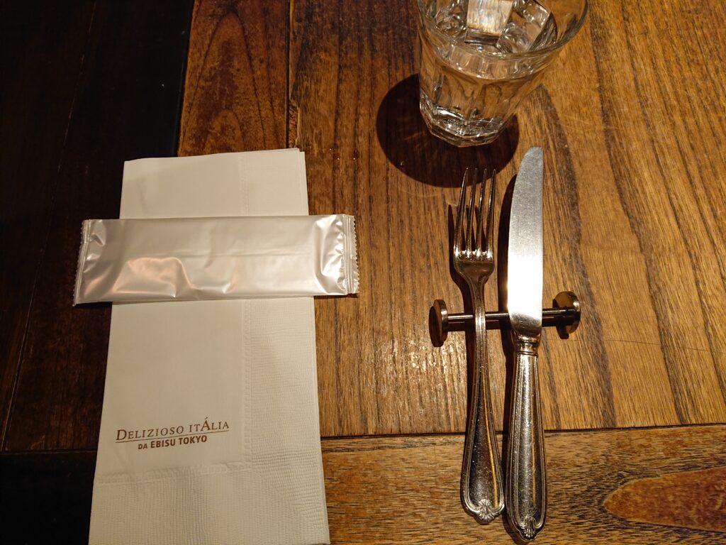 お水とフォークとナイフとおしぼりとナプキン