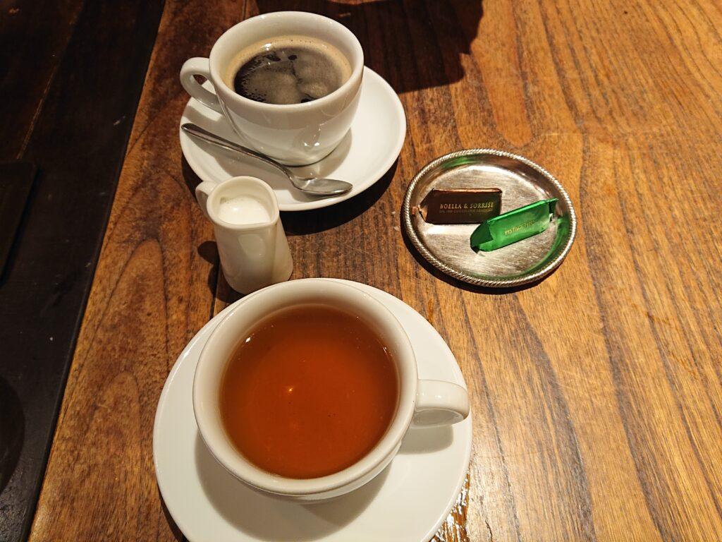 ミントティーとデカフェのコーヒーとチョコレート