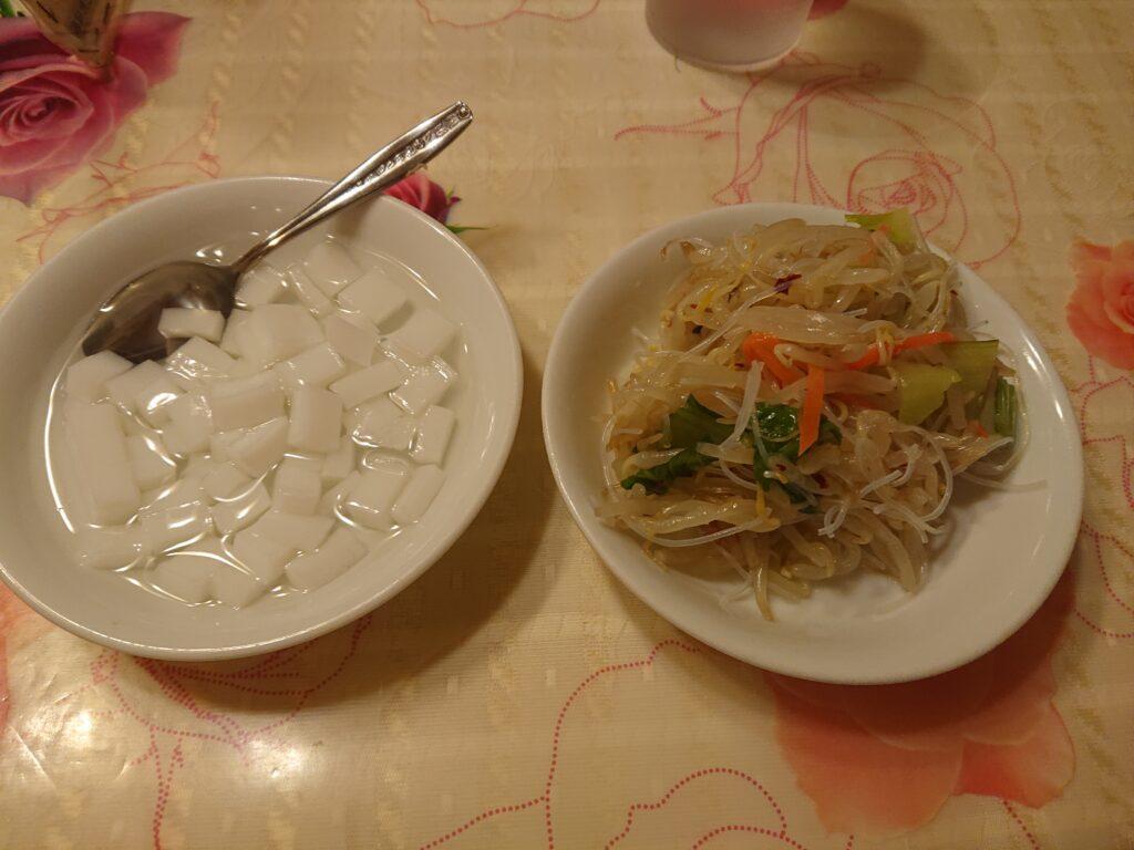 ランチサービスのサラダと杏仁豆腐