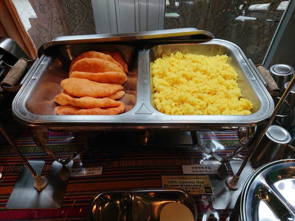 ヨーグルトのブーリ(揚げパン)とマサラライス