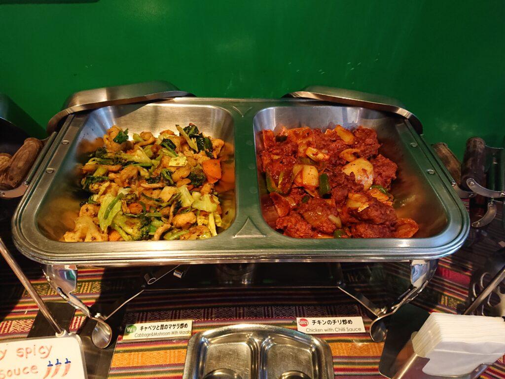 キャベツと茸のマサラ炒めチキンのチリ炒め