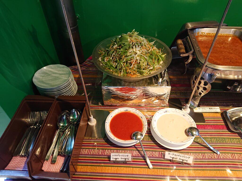 クンビラ (KHUMBILA) ランチビュッフェバイキング サラダとドレッシングとお皿