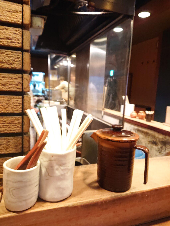 鳥与志 (とりよし)@虎ノ門 店内のカウンター席