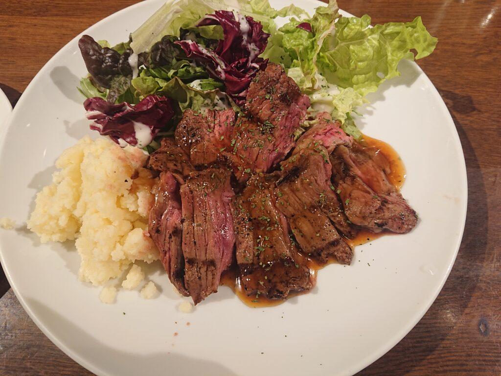 牛ハラミの炭焼きステーキのお肉のアップ