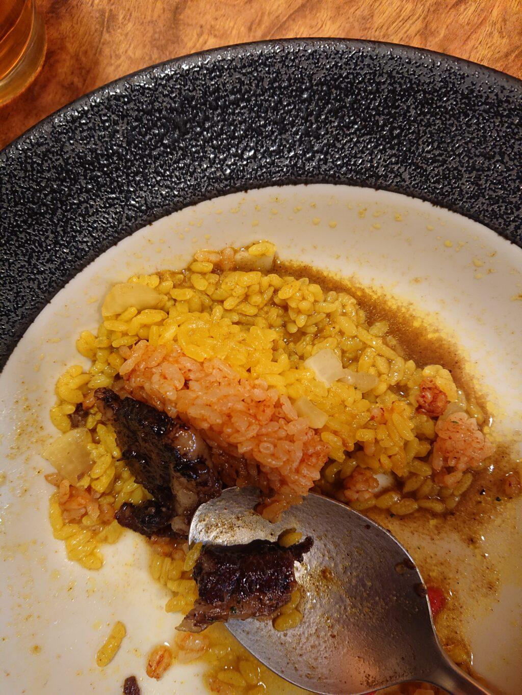 赤いご飯と黄色のご飯の二層構造。