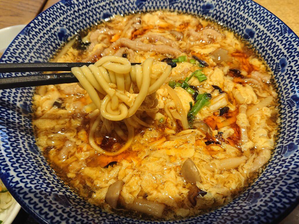 黒酢酸辣湯麵(くろずスーラータンメン)の麺