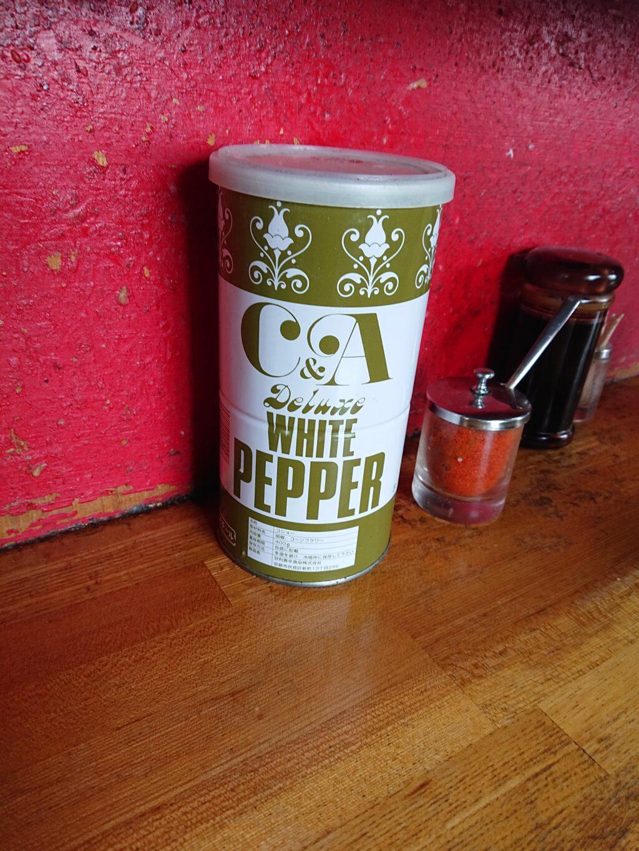 卓上の醤油タレと一味とホワイトペッパー