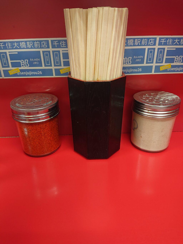 テーブルの一味と白胡椒と割りばし