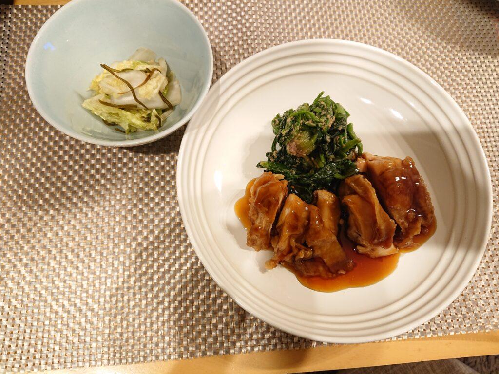 大山鶏もも肉のTERIYAKIとほうれん草の胡麻和えと白菜と昆布の漬物